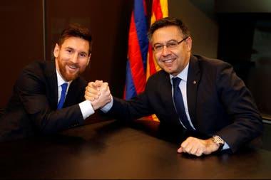 Otros tiempos: Lionel Messi estrecha la mano del presidente Josep Bartomeu. Hoy, ambos no se pueden ni ver y el jugador quiere irse de Barcelona.