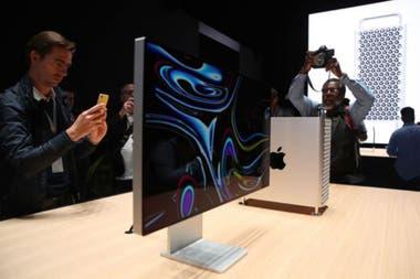 La Mac Pro pesa 18 kg por lo que Apple ofrece por un costo adicional de US400 cuatro ruedas para moverla fcilmente