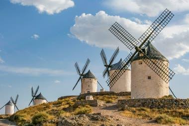 Molinos de viento medievales en Toledo, España; son contra los que luchó Don Quijote, confundiéndolos con gigantes