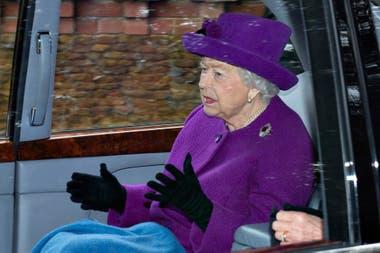La monarca de Inglaterra le puso un freno al impulso de su nieto y de su nieta política de dejar la familia real con un escueto comunicado de escasas líneas
