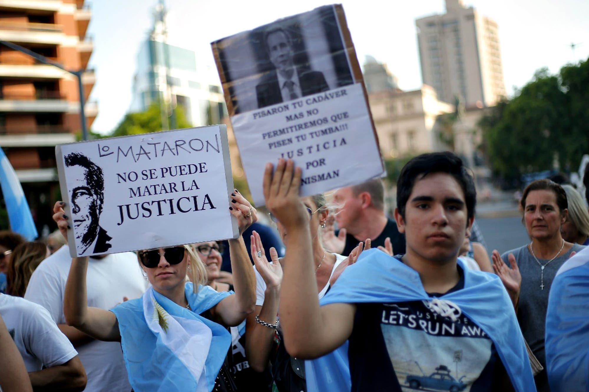 """Homenaje a Alberto Nisman: """"No fue suicidio, fue magnicidio"""", gritaron miles de personas en plaza Vaticano"""