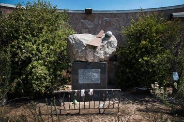 El monolito que mandó construir Zulemita Menem a un costado de la ruta 9, a metros del lugar donde se estrelló su hermano, se encuentra abandonado y semidestruido