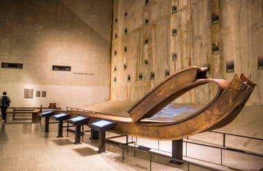 Dentro del museo, una de las columnas de hierro retorcida, como si fuera de algún material muy blando.