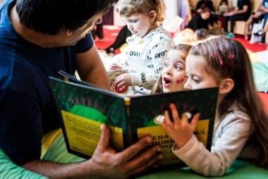 Esta época de museos, bibliotecas y centros culturales cerrados nos invita a refugiarnos en los libros y a compartir historias maravillosas con los chicos