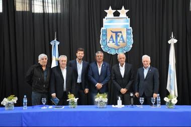 Otros tiempos: el presidente de la AFA con los cinco clubes grandes encolumnados detrás de su gestión; la foto fue hecha durante la asamblea que extinguió la Superliga y creó la Liga Profesional de Fútbol.