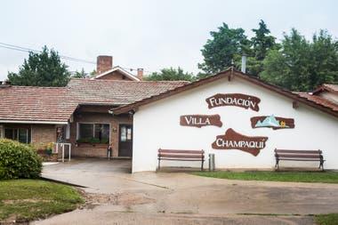 La Fundación Villa Champaquí tiene 32 casas, veinte habitaciones con kitchenette y baño privado y un sector de geriatría con quince camas.