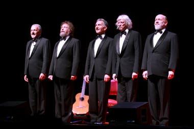 Mundstock, en el escenario, junto a sus compañeros de Les Luthiers
