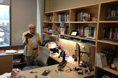 Rosental Calmon Alves en su despacho en el Belo Center, un centro de producción de medios de la Universidad de Texas