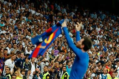Messi celebra tras anotar un clásico ante Real Madrid en el Santiago Bernabéu