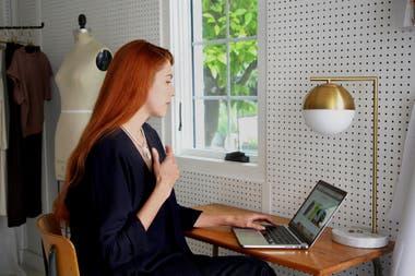El collar inteligente PULSE posee un sensor que emite una vibración cuando detecta que la persona lleva su mano al rostro