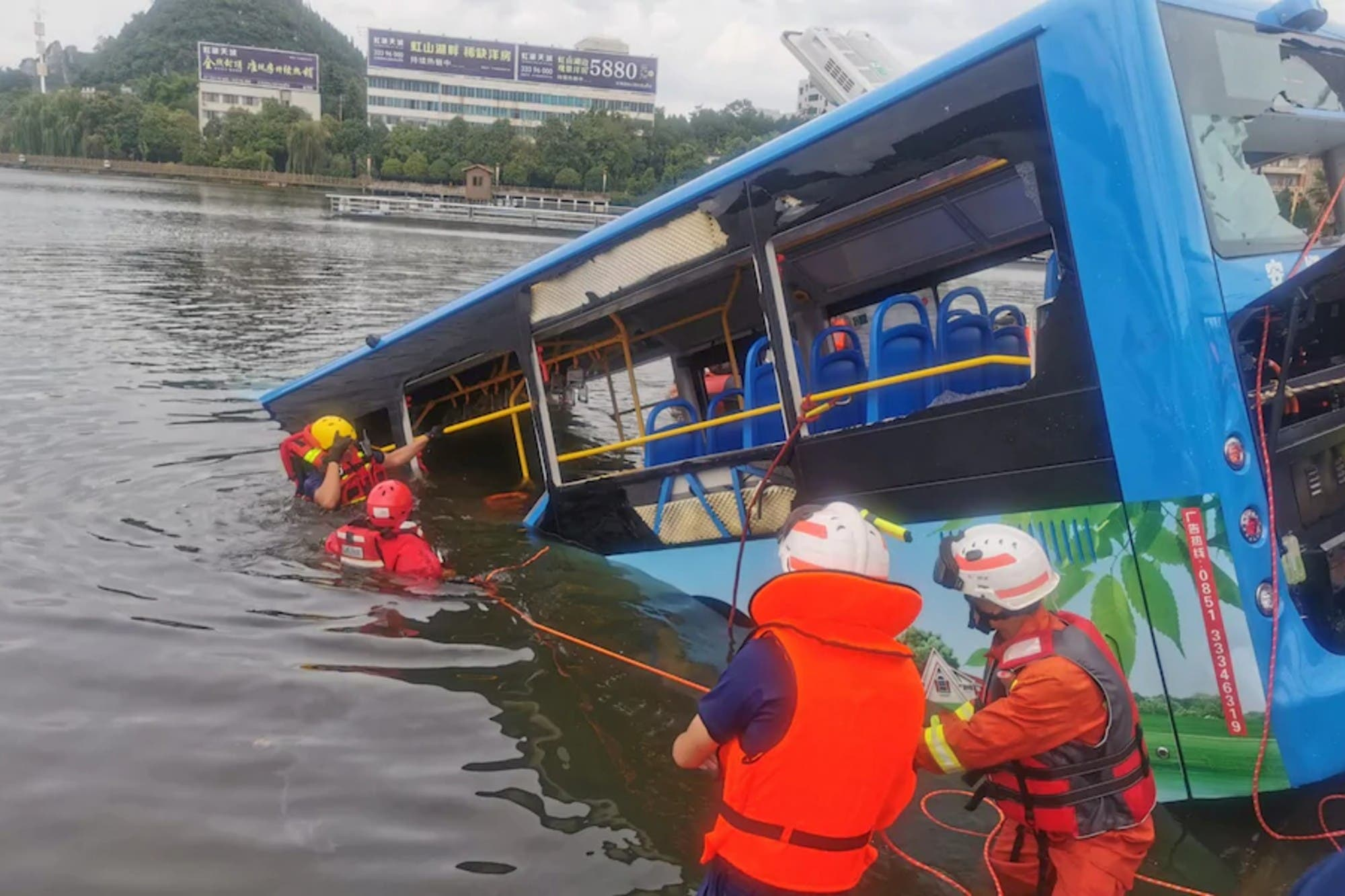Tragedia: un micro en el que viajaban estudiantes chinos cayó a un lago y al menos 21 murieron