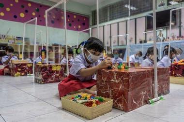 Estudiantes de una escuela primaria en Bangkok regresaron el 1 de julio, un inicio retrasado de su año académico.