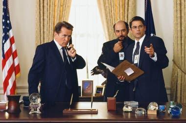 The West Wing, la memorable serie de Aaron Sorkin sobre una administración imposiblemente idealista liderada por el presidente Bartlett (Martin Sheen) podría volver a las pantallas locales con el arribo al país de HBO Max, que tendrá los ciclos clásicos de Warner; hasta entonces, habrá que vivir de