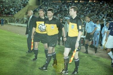 Uruguay-Argentina en 2001, por las eliminatorias para el Mundial de Japón y Corea; Markus Merk encabeza la terna arbitral de aquel recordado y polémico encuentro