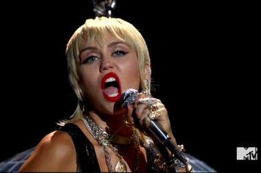 Miley Cyrus, en cambio, optó por un modelo más sexy con transparencias