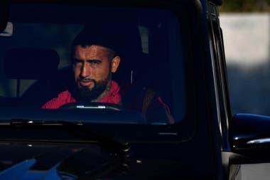 El mediocampista chileno del Barcelona Arturo Vidal llega a la Joan Gamper Ciutat Esportiva en Sant Joan Despí