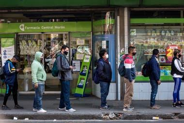 Las colas para tomar el transporte público, en la zona oeste del conurbano