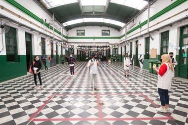 Marcela Voulgaris, directora de la Escuela N°4 del distrito escolar 9 de la ciudad de Buenos Aires, recibiendo a los alumnos en la escuela que dirige