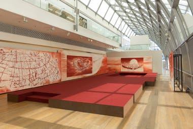 Los dibujos de gran formato que realizó en sanguina, un pastel color rojo sangre, están inspirados en momentos que pasó en Los Ángeles