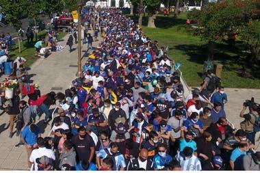 El velatorio de Diego Maradona reunió a millares de personas que aguardaban ingresar a la Casa Rosada para despedir sus restos