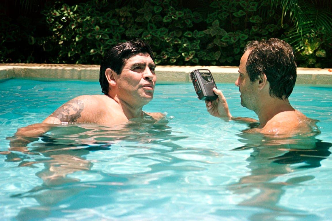 """Con Maradona no había límites..., ni protocolo; entrevistas en autos, aviones, hoteles, clubes y, sí, piletas también; """"Creo que Diego por fin encontró la paz. Si yo me afirmo en esa idea, no lo voy a extrañar"""", cuenta Arcucci"""