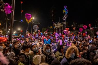 Cientos de personas se aglomeraron en las calles para celebrar el la llegada del nuevo año en Wuhan, la ciudad de China donde se originó la pandemia de coronavirus