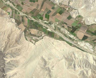 Los vestigios arqueológicos se encuentran en terrenos áridos, pero rodeados de valiosas tierras de cultivo.