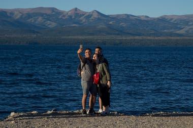 Amigos en la costanera del lago Nahuel Huapi.