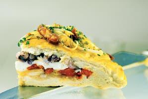 Pizza rellena de calamares, vegetales y queso mantecoso