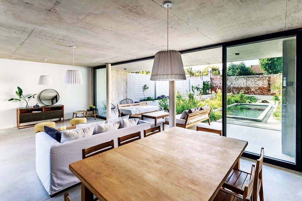 En la galería cubierta, bancos anchos 'Carmela' y mesa baja 'Isaura' de petiribí (todo de Las Marinas)Crédito: Jeremías Thomas, gentileza BAM! Arquitectura
