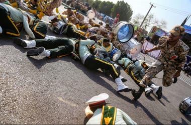 Soldados tratando de escapar y de resguardarse del ataque