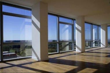 El departamento ofrece una linda vista desde sus amplios ventanales