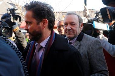 Spacey, al llegar al tribunal rodeado de periodistas y fotógrafos