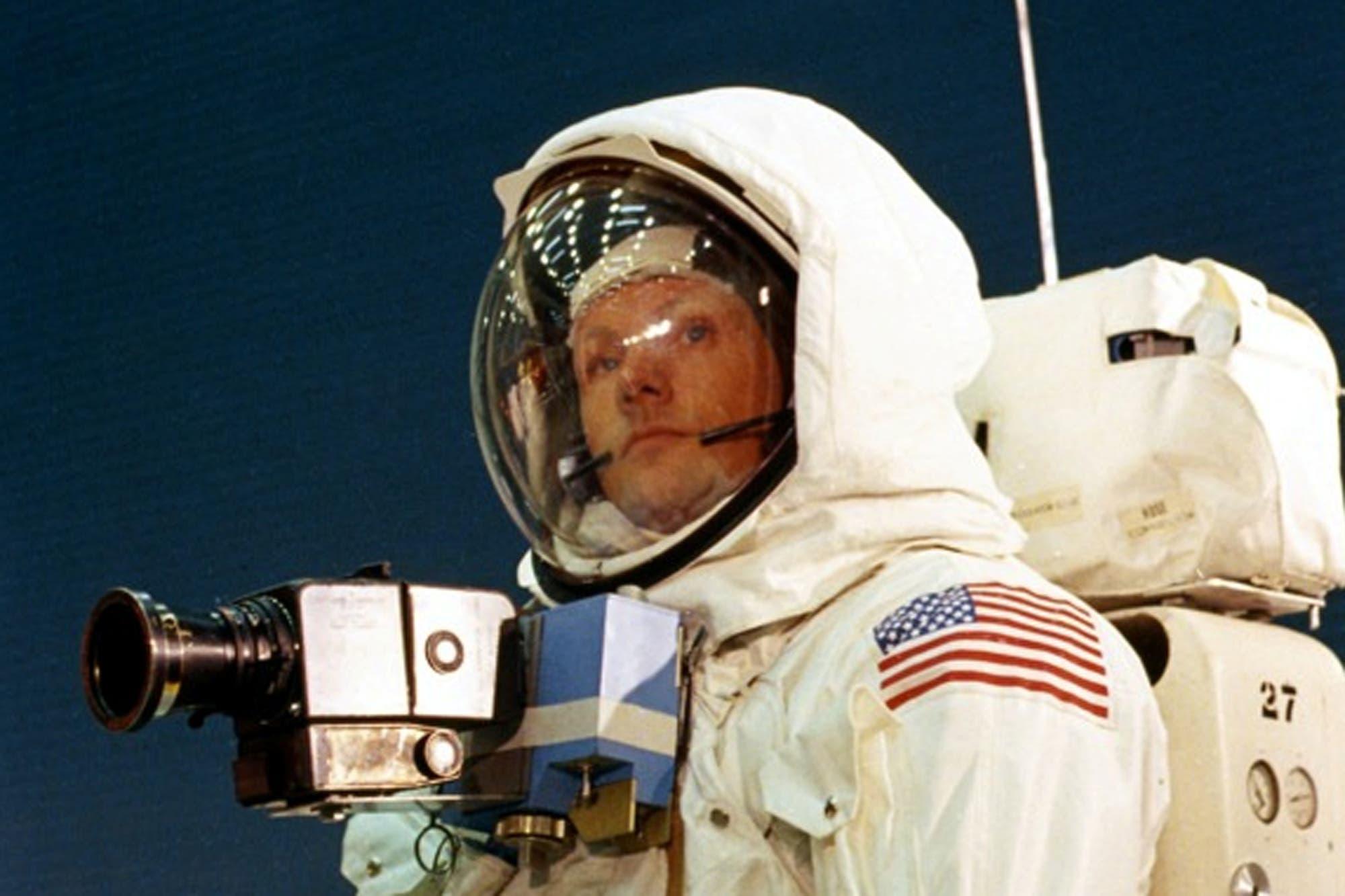 """""""Renunció a la NASA porque no podía trabajar en paz"""", dice el biógrafo de Neil Armstrong"""