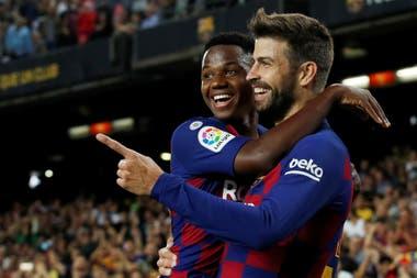 El chico y el veterano: Ansu Fati celebra con Piqué el gol del defensor.