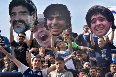 El amor de los hinchas de Gimnasia por Maradona, en carteles.