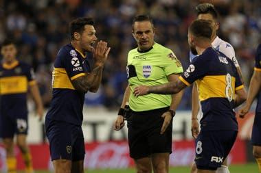 Zárate le reclama a Loustau por una falta de Gago contra él: el árbitro debió cobrar penal.