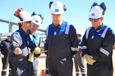 YPF fue una de las principales empresas que comenzó a reestructurar sus contratos con proveedores y quiere negociar un nuevo convenio de trabajo con los gremios para volver más eficiente la producción