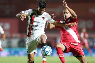 Silva luchando con Leandro Marin durante Argentinos - Patronato, no tuvo muchas oportunidades de convertir más allá de un cabezazo en el segundo tiempo que pasó muy cerca