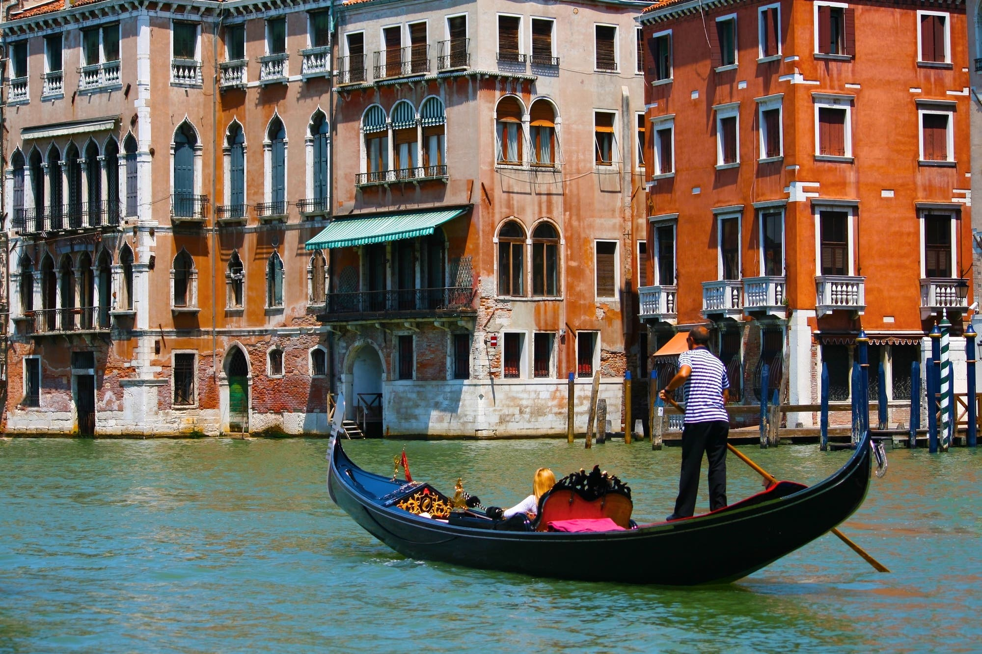 """Cómo lograron los romanos la """"locura colosalmente genial"""" de construir Venecia en el fango hace 15 siglos"""