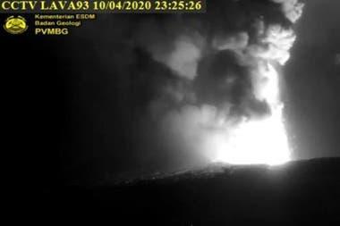 El volcán Krakatoa entra en erupcion POLITICA ASIA INDONESIA INTERNACIONAL BNPB INDONESIA