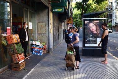 Distancias rigurosas entre los vecinos que asisten a comprar en un supermercado de Rivadavia y Medrano