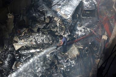 Paquistán: cayó un avión con 107 personas a bordo en una zona residencial cerca del aeropuerto de Karachi
