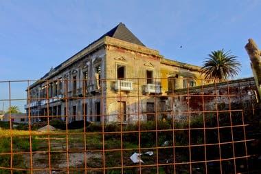 La imagen que muestra hoy el hotel Boulevard Atlántico, en Mar del Sur. Lentamente se están haciendo obras de restauración en el frente y el interior