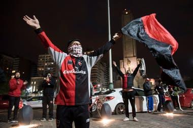 Rosario en rojo y negro: cientos de hinchas pidieron por Messi en el Monumento a la bandera