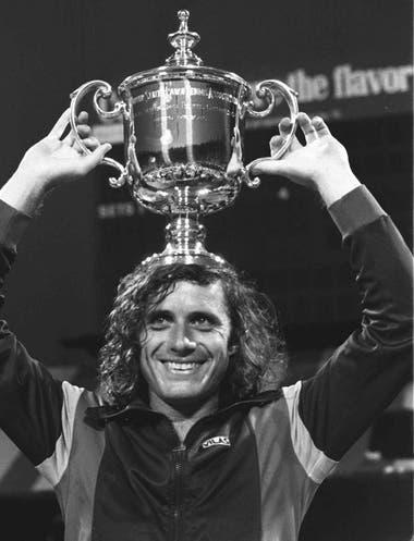 Una imagen icónica: Vilas y el tradicional trofeo como campeón del US Open