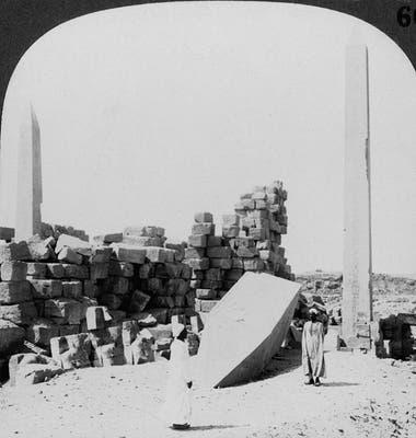 """Aunque borrada de la historia, las huellas de Hatshepsut eran monumentales. La descripción de esta foto de 1905 dice """"El obelisco más alto de Egipto, en el templo de Karnak (...) erigido por la hija de Thutmosis, Makere"""