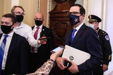 El secretario del Tesoro de Estados Unidos, Steve Mnuchin, sale de la oficina del líder de la mayoría del Senado, Mitch McConnell, en el Capitolio de Estados Unidos en Washington, DC, el 30 de septiembre de 2020