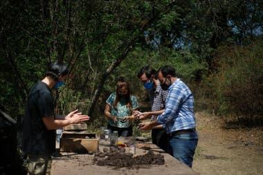 Un equipo de voluntarios liderados Guillermo Diaz Cornejo, director de Sostenibilidad de la ciudad, prepara bombas de semillas para ayudar a la reforestación natural de las zonas afectadas