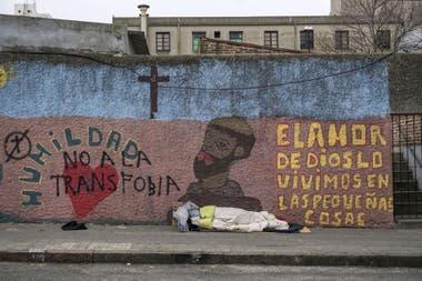 Una persona sin hogar duerme en la vereda en Montevideo, el 6 de agosto de 2020
